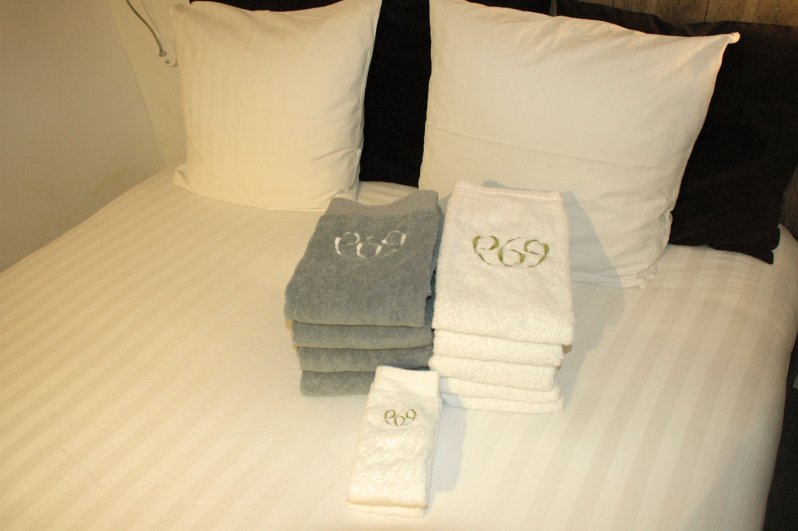 969 bed & towels
