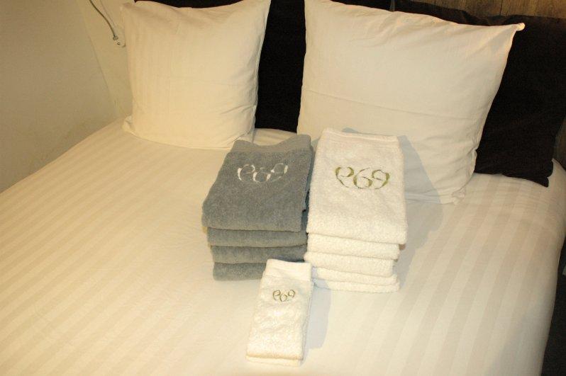 969 bed & towels